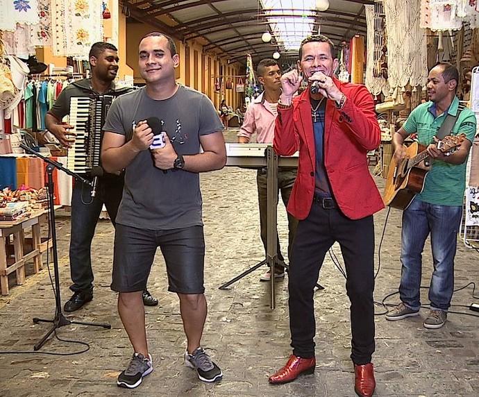 Ed Nascimento, o PM Apaixonado, solta a voz no 'Combinado' (Foto: TV Sergipe)