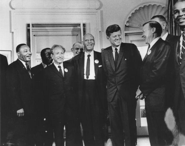 1963 – Luther King com o presidente John Kennedy, num encontro para discutir a Marcha em Washington por Trabalho e Liberdade. Luther King nunca declarou apoio a políticos. Em sua biografia, disse que votou em Kennedy (Foto: Three Lions/Getty Images)