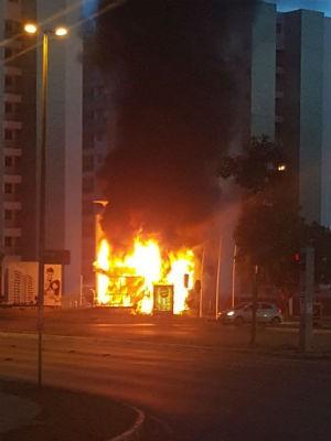 Posto comunitário da PM em chamas no Guará, no Distrito Federal (Foto: Polícia Militar/Divulgação)
