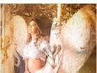 Kelly Key se veste de anjo para ensaio e mostra barrigão de 7 meses