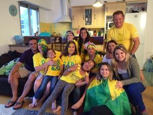 Em Paris, Helena Alves reuniu a família e amigos em seu apartamento. (Foto: Helena Alves/Arquivo pessoal)