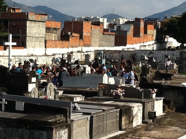 Enterro de Angelina Filgueiras no cemitério de Inhaúma (Foto: Rodrigo Vianna/G1)
