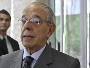 7 de agosto - O advogado Márcio Thomaz Bastos conversa com a imprensa antes do início do julgamento. (Foto: José Cruz/ABr)