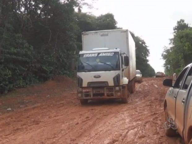 Atoleiros voltaram a dificultar viagens para o município de Oiapoque  (Foto: Reprodução/TV Amapá)