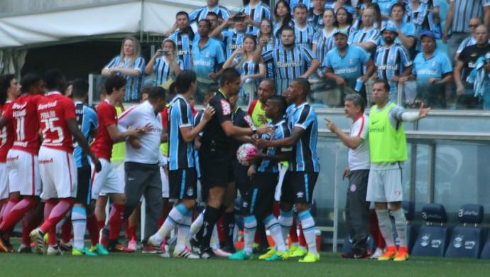 Confusão entre gremistas e colorados após lance entre Bolaños e William (Foto: Diego Guichard / GloboEsporte.com)