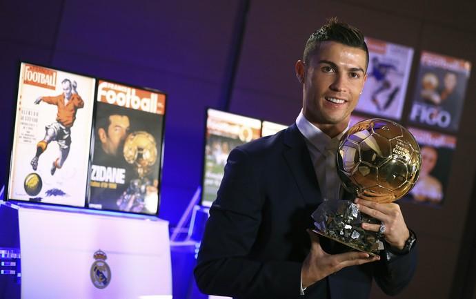Cristiano Ronaldo com a Bola de Ouro da France Football (Foto: EFE/Franck Seguin )