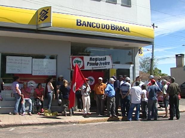 Grupo se reuniu em frente a agência bancária de Tupanciretã, no RS (Foto: Reprodução/ RBS TV)