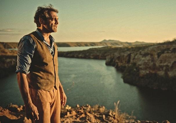 """Domingos Montagner com o rio São Francisco de Fundo, em cena de """"Velho Chico"""" (Foto: TV Globo)"""