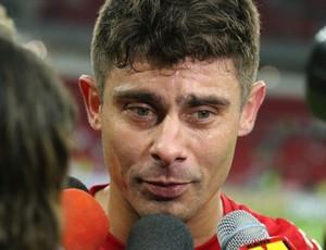 Alex chora ao falar sobre Fernandão (Foto: Diego Guichard)