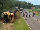 Caminhão tomba em rodovia de Castilho carregado com combustível