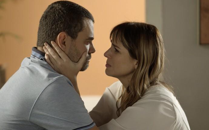 Gisela diz a César que nunca o culpou pelo acidente dos filhos e faz planos para o futuro (Foto: TV Globo)