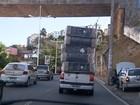 Carga 'gigante' de colchões em carro chama atenção de motoristas; vídeo