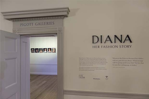 The entrance to Diana: Her Fashion Story at Kensington Palace. The exhibition features some of the most memorable outfits worn by Diana, Princess of Wales, as well as photography of the occasions on which she wore them (Foto: @SUZYMENKESVOGUE)