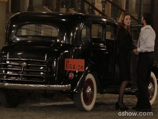 Sílvia entra em carro com Viktor, mas não imagina que está sendo seguida (Foto: Fábio Rocha/TV Globo)