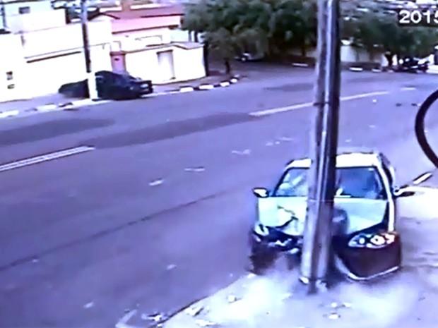 Motorista tenta ultrapassagem e carros vão parar contra postes em bairro de Passos (Foto: Hélder Almeida)