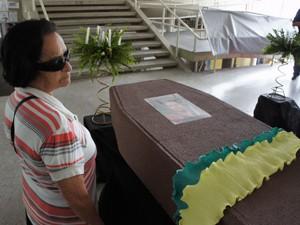 Professores da UFPB realizaram um enterro simbólico da presidente e do ministro da Educação para mostrar insatisfação (Foto: André Resende/G1)