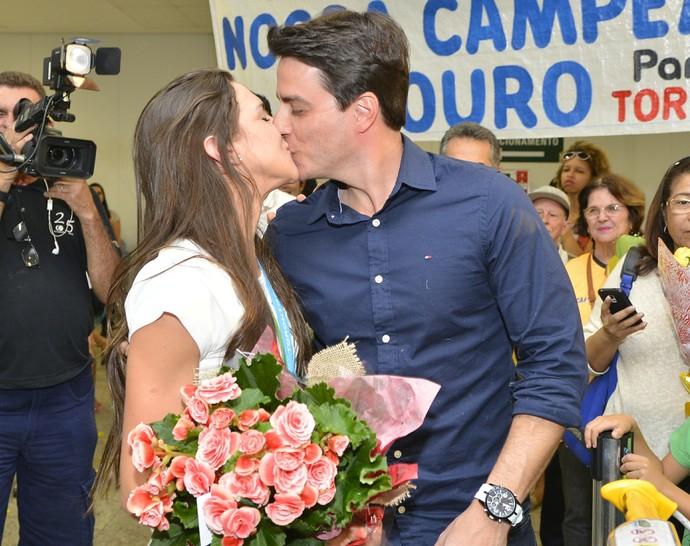 Ginasta Ana Paulo Ribeiro foi recepcionada pelo noivo (Foto: Guilherme Ferrari/A Gazeta)