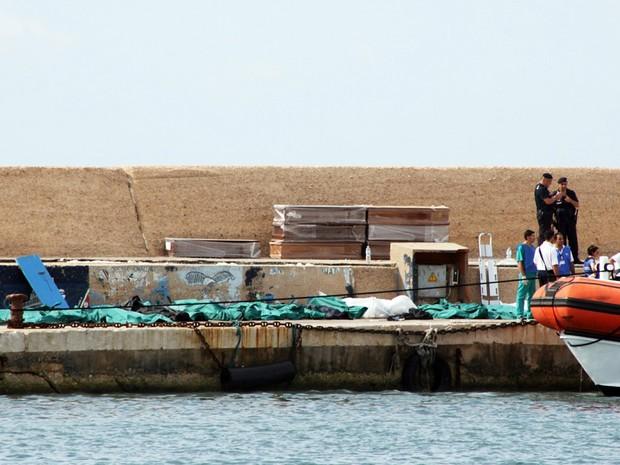 Imigrantes morrem em naufrágio na Itália (Foto: AFP)