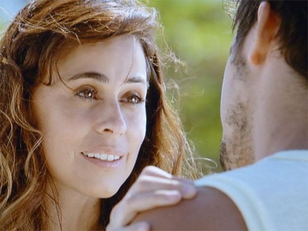 Natália conta a Juliano que colocou o ex para fora de casa (Foto: Flor do Caribe / TV Globo)