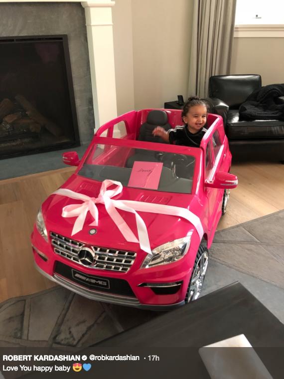 Dream pareceu bem à vontade no carro, presente dado pelo pai, Rob Kardashian (Foto: reprodução/twitter)
