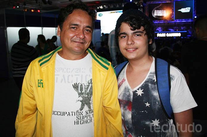 Lucas, filho de Haroldo, veio pegar autógrafos e fotos com YouTubers (Foto: Felipe Vinha/TechTudo)