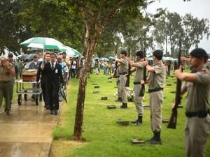 Durante o enterro, houve salva de tiros feitos pela Polícia Militar (Foto: Jonathan Lins/G1)