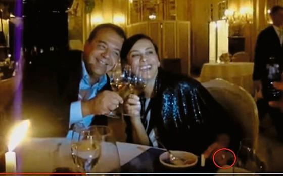 Com Cabral num restaurante  em Monaco,com joia comprada por  Cavendish (Foto:  Reprodução)