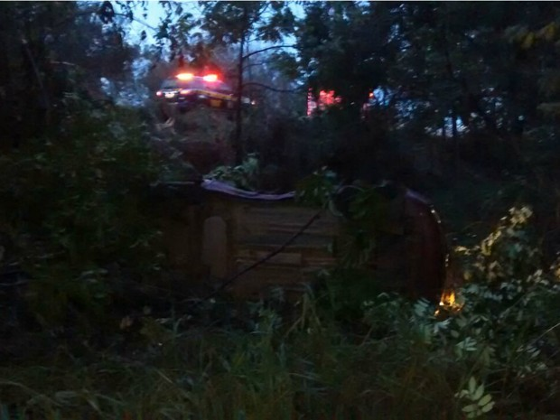 Condutor do veículo  perdeu o controle do carro, capotou e caiu em uma vala (Foto: Divulgação/PRF)