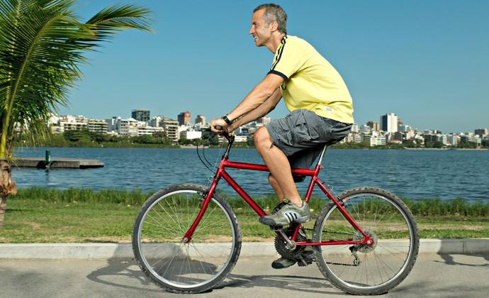 Homem pedalando euatleta (Foto: Getty Images)