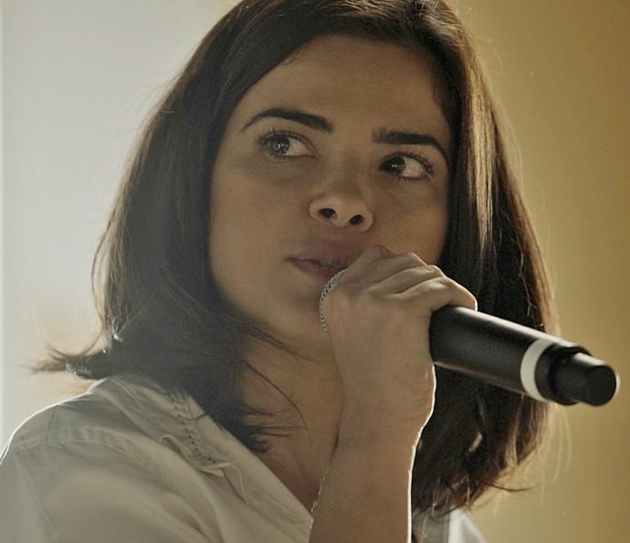 Tóia pega o microfone e desmascara Romero na frente de todos, em alto e bom som (Foto: TV Globo)