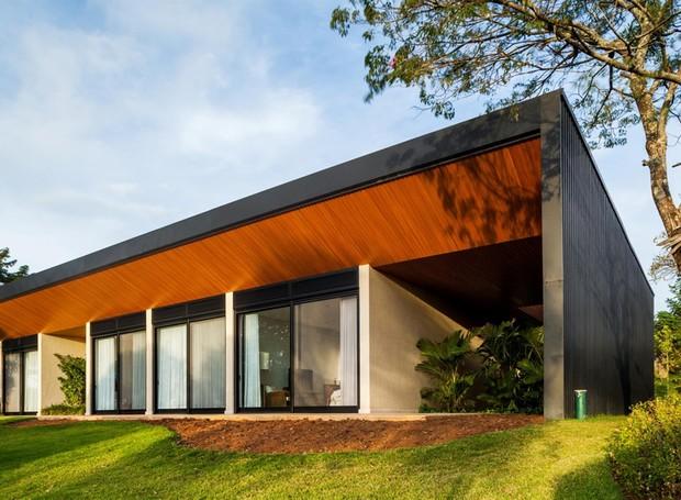 TETO | Com aparência de madeira natural, o teto é forrado em lambris resinados de pó de madeira. Paisagismo assinado por Daniel Nunes (Foto: Rafaela Netto/Divulgação)