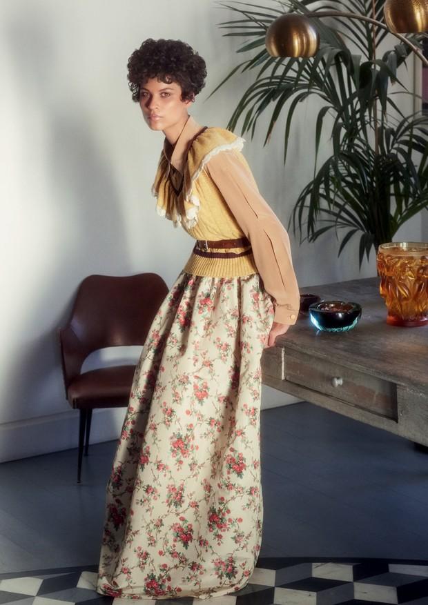 Blusa de tricô e saia, ambas Miu Miu. Na página ao lado, vestido, Prada (Foto: Laura Sciacovelli)