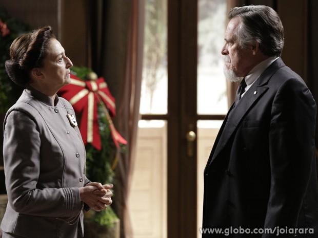 Gertrude revela a Ernest que Sílvia é filha de Heitor Zampari (Foto: Fábio Rocha/TV Globo)