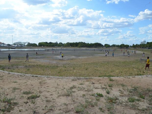 Com a estiagem lago do parque secou (Foto: Marcelo Marques/ G1 RR)
