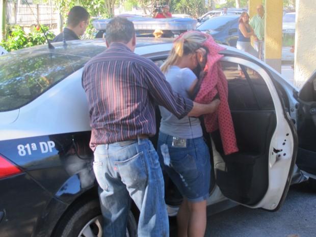 Filha adotiva de Angelina Filgueiras deixando a delegacia (Foto: Bernardo Tabak/G1)