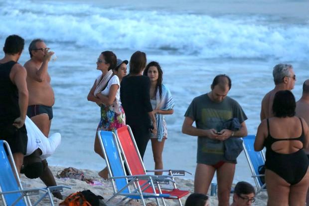 Nanda Costa e amigos na praia do Arpoador, RJ (Foto: André Freitas / AgNews)