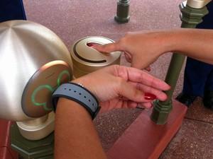 Pulseira é ativada na entrada de parque num sensor (Foto: Flávia Mantovani/G1)