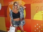 Karina Bacchi usa top e exibe a barriguinha de grávida