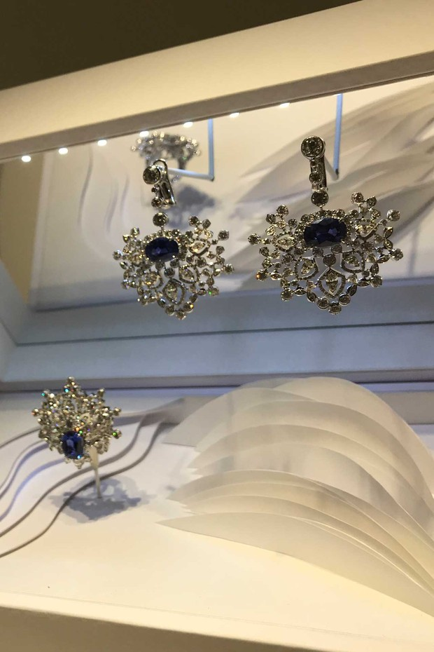 Chaumet's diamond earrings and brooch set in white gold with sapphires from Ceylon (Foto: NATASHA COWAN)