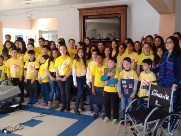 Além de entregar cadeira de rodas, crianças se apresentaram (Foto: Divulgação/ Projeto Guri Capão Bonito)
