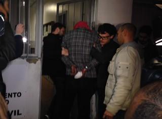 Suspeito de ter colocado fogo na casa de Patrícia Moreira chega à delegacia (Foto: Divulgação/Polícia Civil)