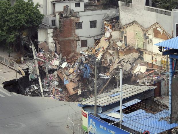 Escavações de uma nota linha de metrô em Guangzhou, na China, provocou uma cratera e fez com que os prédios próximos desmoronassem nesta segunda-feira (28). Segundo a Agência de Notícias Xinhua, a área da cratera tem cerca de 10 metros de profundidade e a (Foto: REUTERS / China Daily )