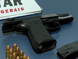 Apreensão de pistola em Juiz de Fora (Foto: Reprodução/TV Integração)