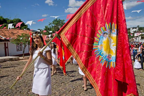 No cortejo de volta à residência do Imperador, uma das Virgens carrega uma bandeira do Espírito Santo (Foto: Haroldo Castro/Época)