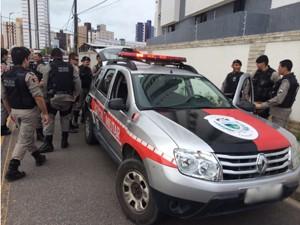 Polícia perseguiu suspeitos e conseguiu prender dois dos três suspeitos em João Pessoa (Foto: Walter Paparazzo/G1)