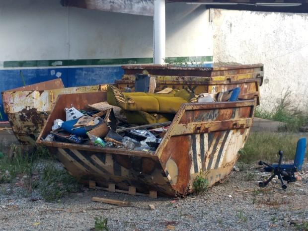 Caçambas com lixo ficaram abandonadas após empresa fechar (Foto: Jomar Bellini / G1)