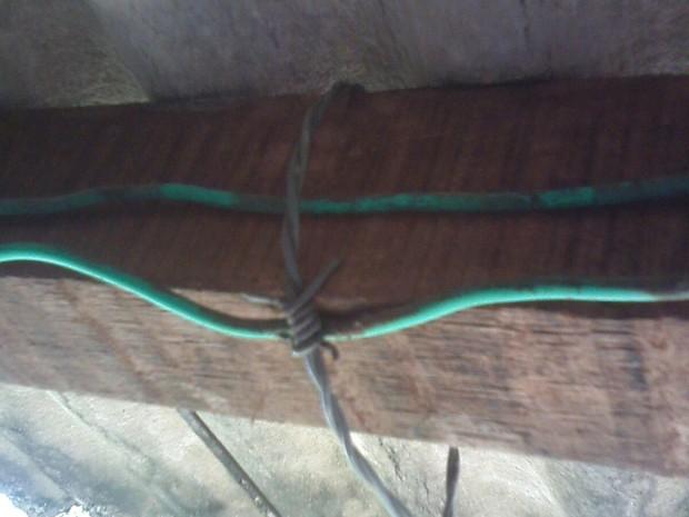Descarga elétrica partiu de fio desencapado em contato com varal de arame farpado, em Bom Conselho, Agreste de Pernambuco (Foto: Divulgação/ Polícia Militar)