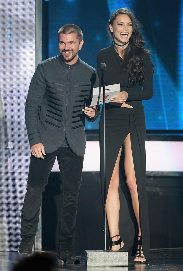 Cantor Juanes e Adriana Lima em prêmio de música em Miami, nos Estados Unidos (Foto: Rodrigo Varela/ Getty Images/ AFP )