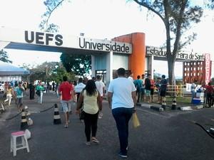 Estudantes que vão prestar vestibular da UEFS neste dominfgo (12), em Feira de Santana (Foto: Ney Silva/ Acorda Cidade)