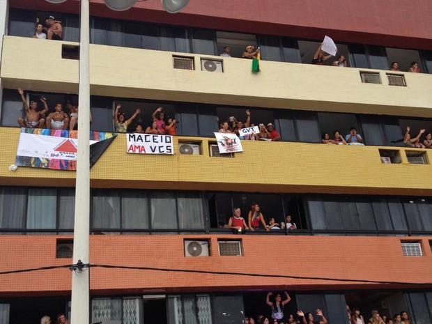 Pessoas assistem ao show de Ivete em prédio (Foto: EGO)